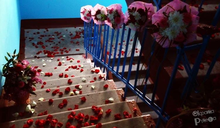 Лепестки роз в подъезде